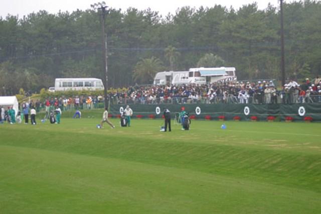 2002年 ダンロップフェニックストーナメント 2日目 練習場 朝一番の練習場。選手はまばらだが、ギャラリーは溢れるばかりの大盛況。みなさんすきですねー。
