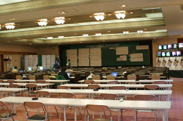 2002年 ダンロップフェニックストーナメント 2日目 メディアセンター 我々記者、編集者が働くメディアセンター。海外のメディアを含め100人以上が通い詰めている。