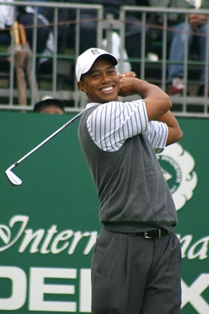 2002年 ダンロップフェニックストーナメント 2日目 タイガー・ウッズ タイガー・ウッズのファーストショット。初日の10番ティと同じく手にしたのは2番アイアンだった。
