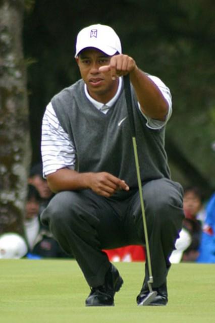 2002年 ダンロップフェニックストーナメント 2日目 タイガー・ウッズ 慎重にパッティングラインを読むタイガー。しかし、ここも入らず、我慢のゴルフが続いた。