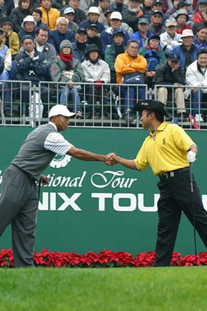 2002年 ダンロップフェニックストーナメント 2日目 片山晋呉&タイガー・ウッズ 片山晋呉&タイガー・ウッズ。2日目もペアリングは変わらず、1番ホールで握手をしてスタートした。