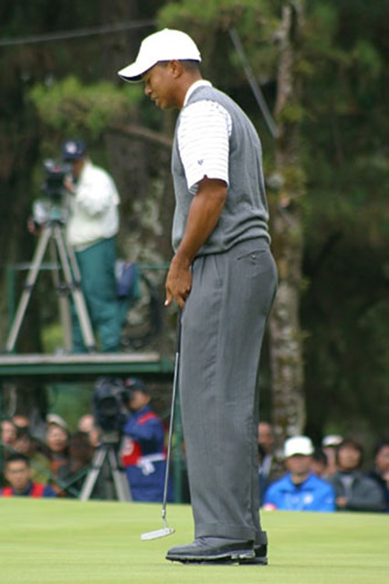 2002年 ダンロップフェニックストーナメント 2日目 タイガー・ウッズ オウッ、9番でナイスリカバリー後のバーディパット。思わず体をひねって悔しさを表現した。