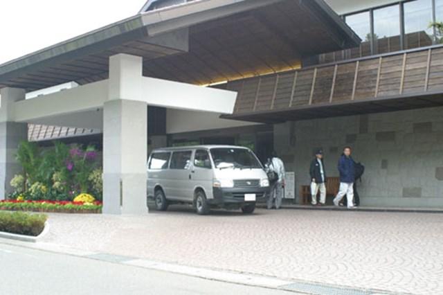 2002年 ダンロップフェニックストーナメント 3日目 コースの正面玄関 コースの正面玄関には、選手や報道陣をホテルや練習場まで送迎するシャトルバスが待機している。