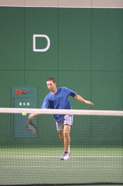 2002年 ダンロップフェニックストーナメント 3日目 セルヒオ・ガルシア 2日目終了後、2位タイに浮上したセルヒオ・ガルシアは、家族や友人とテニスをして楽しんだ。