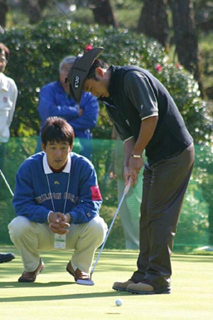 2002年 ダンロップフェニックストーナメント 3日目 片山晋呉 スタート前に江連コーチにパッティングのチェックを受ける片山晋呉。この日は2打後退してしまった。