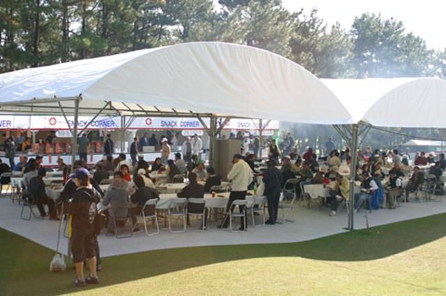 ギャラリープラザ中央のテント。食事をしながら大型モニターで試合状況も把握できてしまう。