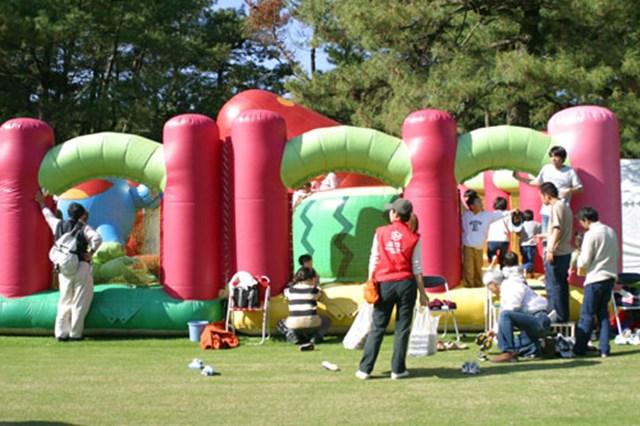 ここは遊園地!? 元気なちびっ子たちが、所狭しと走り回っていた。