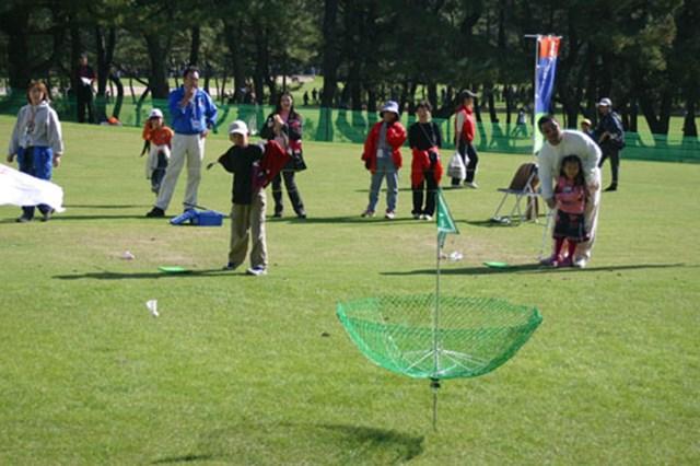 バトミントンのシャトルのように、羽のついたボールを前方のネットに入れるゲーム。