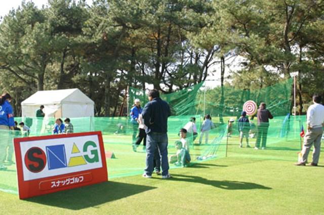 プロゴルフ協会も推進するスナッグゴルフ。多くの子供が順番待ちをしている。