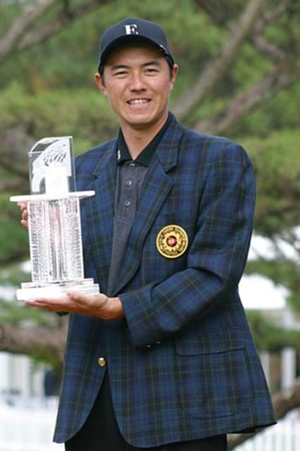 2年ぶり4回目のツアー優勝を果たした横尾。チャンピオンブレザーはデュバルから贈られた。