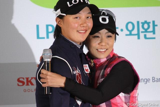 引退するキム・ミヒョン(右)とプロデビューを果たすキム・ヒョージュ。こうして世代のバトンが受け継がれていく。