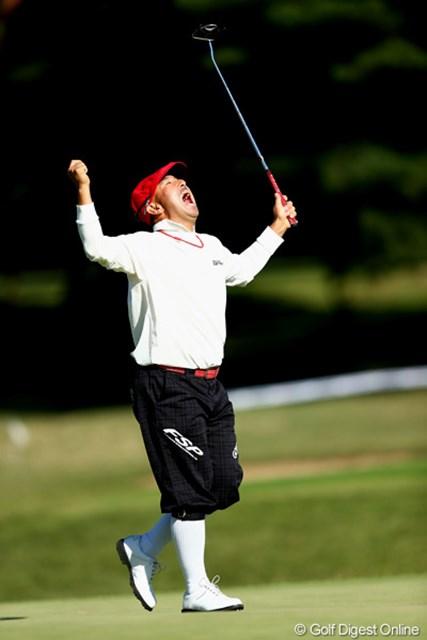 2012年 ブリヂストンオープンゴルフトーナメント 2日目 すし石垣 18番バーディで締めてファンサービス 6アンダートップタイ