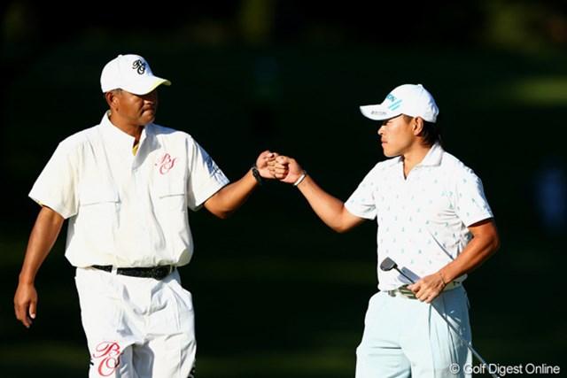 2012年 ブリヂストンオープンゴルフトーナメント 2日目 藤本佳則 7位タイまで浮上し最終18番でキャディとグータッチ