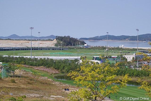 2012年 LPGAハナバンク選手権 初日 練習場 これが噂の360度打席がある400ヤードの練習場