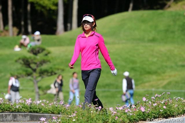 2012年 マスターズGCレディース 2日目 金田久美子 薄紅の秋桜(コスモス)咲き誇る小道をさっそうと歩くキンクミ姐さん。どうしてもこのカットが欲しかったんで、事前にキャディ君にはクミちゃんから離れてもらうようにお願いしてしまいました…。スンまそん。