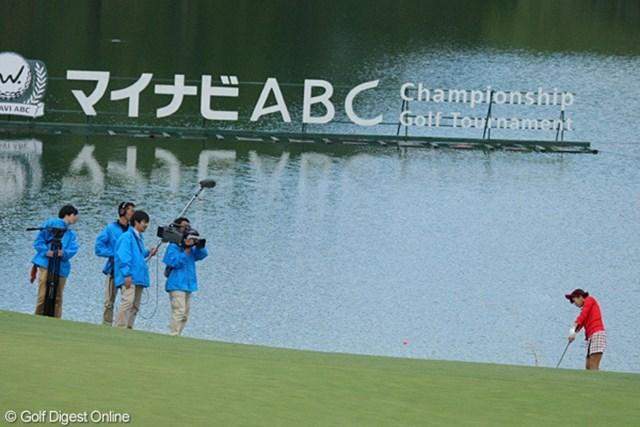 2012年 マイナビABCチャンピオンシップゴルフトーナメント 事前情報 山内鈴蘭 18番でウォーターショットに挑んだ山内鈴蘭。ナイスアウト!
