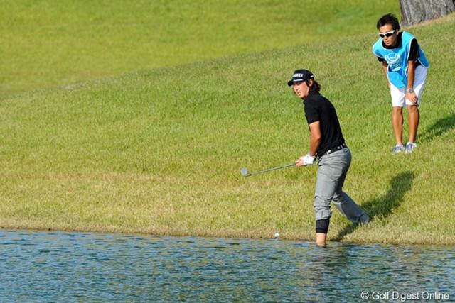18番の3打差目は池の手前から果敢にグリーンを狙ったが・・・