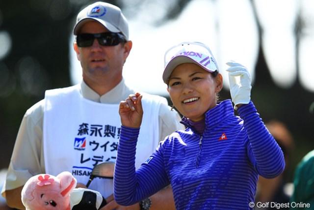 2012年 樋口久子 森永製菓ウイダーレディス 2日目 横峯さくら パーが5つだけで、スコアを2つ伸ばすと言う、何とも出入りの激しいゴルフでしたが、終始笑顔のさくらちゃんでした。