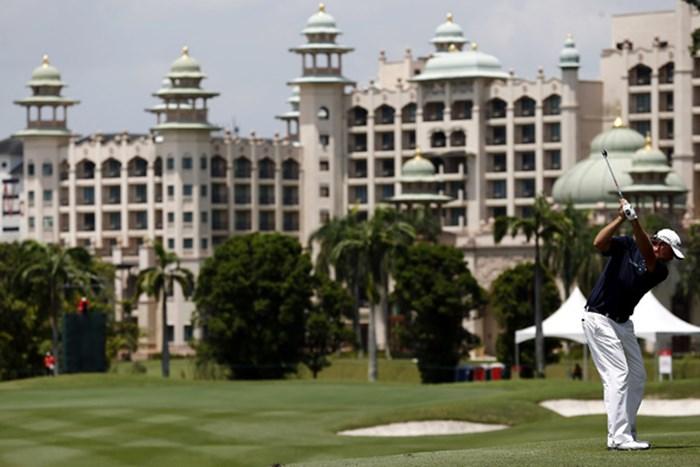 昨年大会に続く連覇に近づいたボー・バン・ペルト。宮殿のような建造物に向かって・・・。(Stanley Chou/Getty Images) 2012年 CIMB アジアパシフィッククラシック 3日目 ボー・バン・ペルト