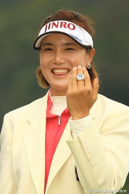 2012年 樋口久子 森永製菓ウイダーレディス 最終日 全美貞 優勝副賞のティファニー社製チャンピオンリングをゲット!しかし、サイズが小さく指にはまらず、苦笑いのミジョンでした。