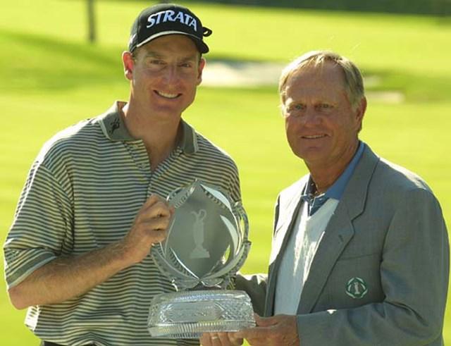 2002年 メモリアルトーナメント 最終日 ジム・フューリック ジャック・ニクラス 二クラスからトロフィーを受け取るJ.フューリック