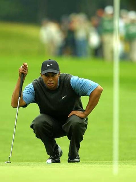 2002年 全米オープン 3日目 タイガー・ウッズ 慎重にラインを読むタイガー・ウッズ