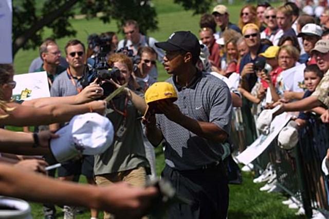 2002年 全米プロゴルフ選手権 事前情報 タイガー・ウッズ ファンにサインするタイガー・ウッズ