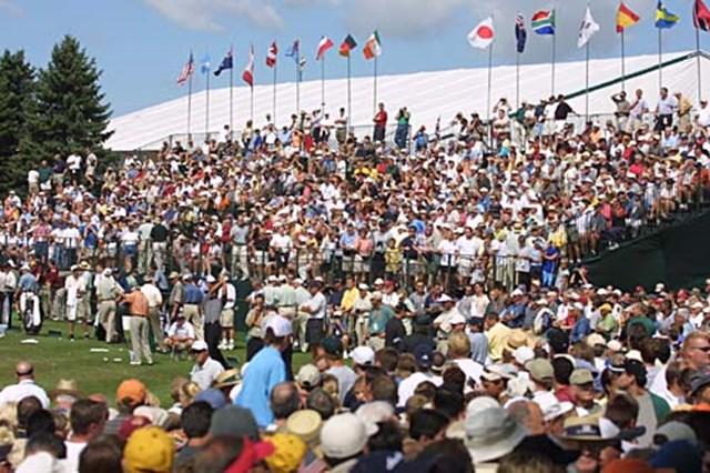 タイガーの練習ラウンドを見に集まった大勢のギャラリー