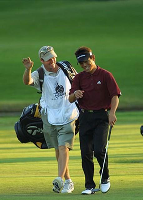 2002年 ウォルトディズニーワールドリゾート・ゴルフクラシック 2日目 田中秀道 ラウンド中も笑顔が耐えない、キャディとの意気もピッタリ
