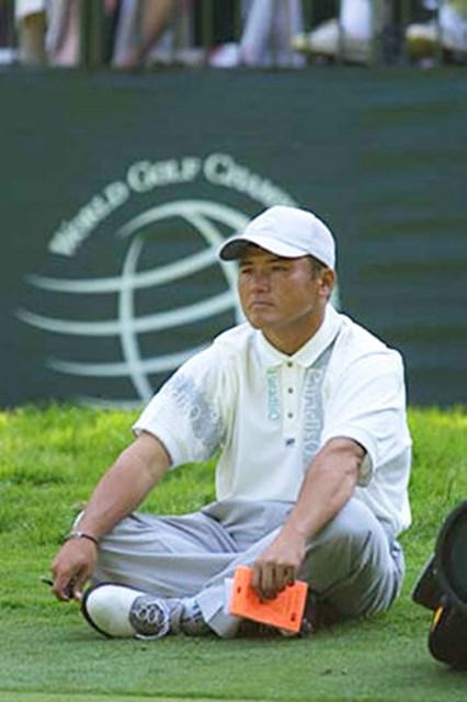 2002年 WGC NECインビテーショナル 2日目 丸山茂樹 18番ホールでフィニッシュした後、同伴競技者がフィニッシュするまでグリーンの端に座り込んだ