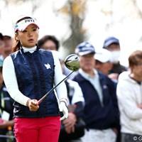 ボールの後方に立ち、一呼吸置いてアドレスに入る有村智恵 2012年 伊藤園レディスゴルフトーナメント 初日 有村智恵