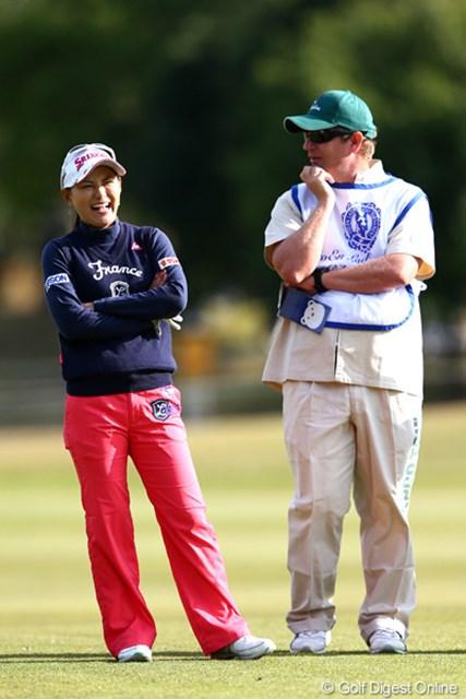 2012年 伊藤園レディスゴルフトーナメント 初日 横峯さくら なにかおもろい話でもしてるのかな?爆笑!