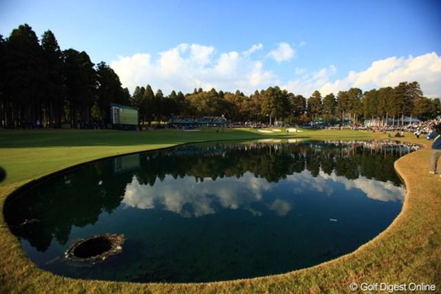 2012年 三井住友VISA太平洋マスターズ 2日目 18番ホールの池 アマチュアの僕にはこの池がすごくネックなのに。。。