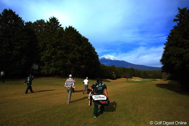 2012年 三井住友VISA太平洋マスターズ 2日目 岩田寛の組 さぁ、今日も1日頑張ろう。朝イチが一番富士山見えるしね。