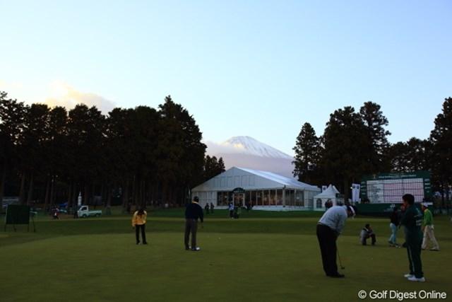 2012年 三井住友VISA太平洋マスターズ 3日目 練習グリーン 今日は夕方まで富士山に雲がかからず耐えてました。
