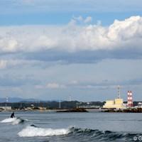 共同火力発電所の近くでサーフィンを楽しむサーファー 2012年 大王製紙エリエールレディスオープン 事前 サーファー