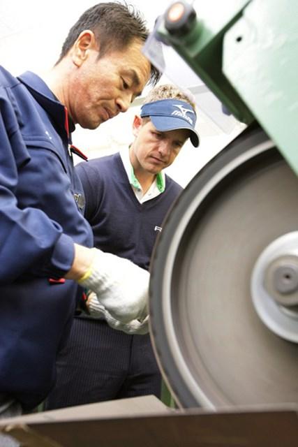 L.ドナルドはゴルフクラブ製造現場を真剣な表情で見学した。