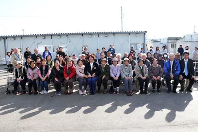 16日、双葉町の方々が住むいわき市南台応急仮設住宅地を訪問した小林浩美会長(日本女子プロゴルフ協会提供)