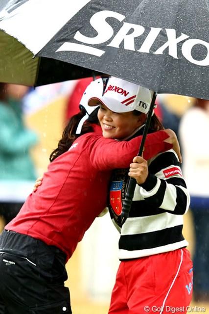 2012年 大王製紙エリエールレディスオープン 2日目 井芹美保子 黄ちゃんに抱きつかれ笑顔でフィニッシュ、5アンダー3位タイ