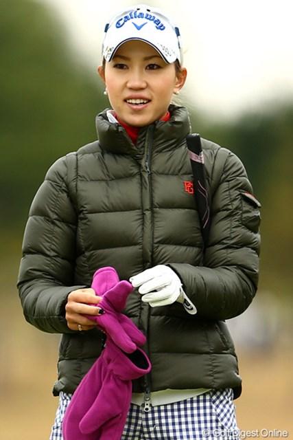 2012年 大王製紙エリエールレディスオープン 2日目 上田桃子 今日は雨で気温も低かったけど、ダウンに手袋に完全防備です