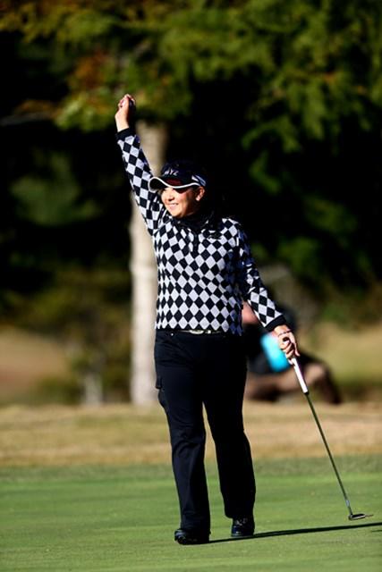 2012年 大王製紙エリエールレディスオープン 最終日 佐伯三貴 ウィニングパットを決めた佐伯三貴は、手を挙げてギャラリーの歓声に応えた