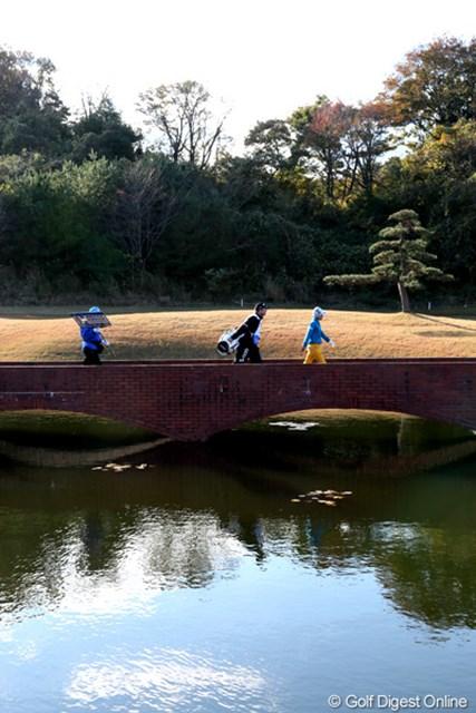 2012年 大王製紙エリエールレディスオープン 最終日 横峯さくら 2番グリーンへ向かう橋を渡るさくらちゃん、水面には青空も
