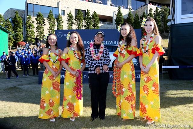 2012年 大王製紙エリエールレディスオープン 最終日 佐伯三貴 本物のフラガールを前にミキティダンスを披露、ちょっと幽霊っぽい?