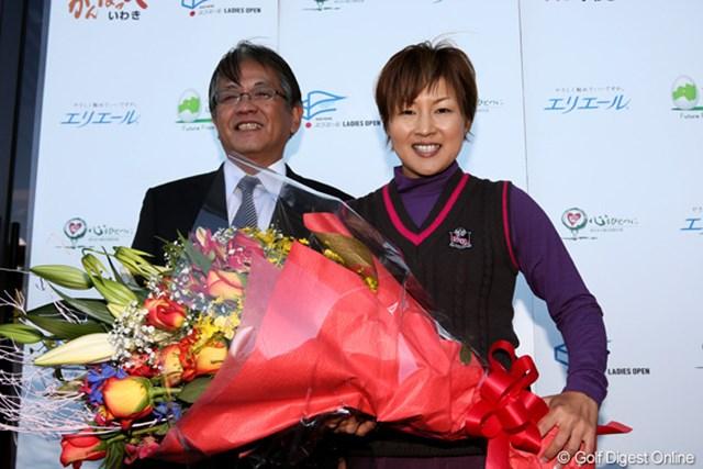 今大会を最後に現役引退を表明した赤堀奈々。大会実行委員長の井関哲さんと記念撮影に収まった