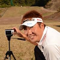 カシオの新製品「EXILIM FC300S」を使ってスイングをチェックした高山忠洋。 2012年 カシオワールドオープンゴルフトーナメント 事前 高山忠洋