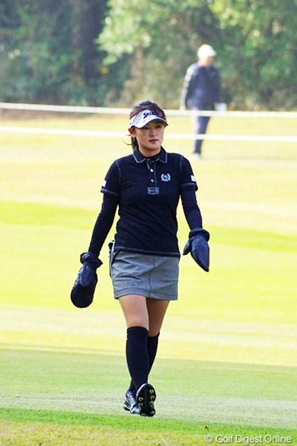 2012年 LPGAツアーチャンピオンシップリコーカップ 3日目 北田瑠衣 今朝はメッチャクチャ冷え込みましてん。それにしても大きな防寒グローブを付けながらミニスカでプレーするって…。ルイちゃんは謎の人ですか~?30位