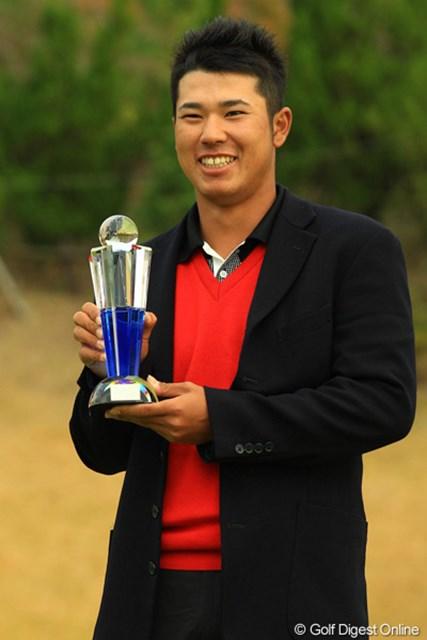 """出場5試合連続のトップ10入りを逃した松山英樹。""""いつものように""""ローアマ賞獲得で表彰式に出席。"""
