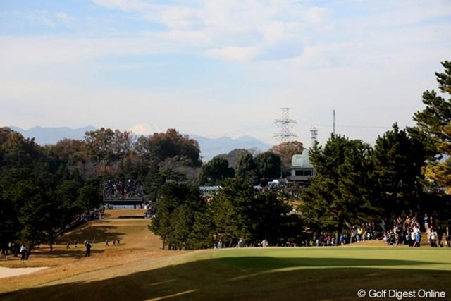 1番のスタンドの奥に雪化粧の富士山が。見えますか?