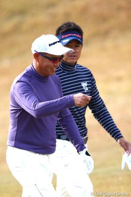 2012年 ゴルフ日本シリーズJTカップ 初日 谷口徹 初日は苦笑いの続いた谷口徹。藤田寛之は先輩プロをなだめながらプレーした。
