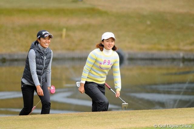 1、2フィニッシュを決めた中山三奈と櫻井有希。笑顔で9番グリーンに向かう